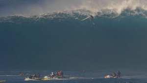 شاهد.. موجة ضخمة تبتلع راكب أمواج محترف على غفلة منه