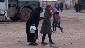 بالفيديو: تركيا تغلق أبوابها بعدما تسبب القصف الروسي بنزوح عشرات الآلاف من اللاجئين