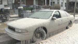 بالفيديو: انفجار أنبوب مياه يحول السيارات والشوارع إلى لوحات جليدية