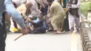 شرطي باكستاني وقع بأيدي محتجين.. فماذا حدث له؟