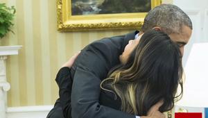 نينا فام تعانق الرئيس الأمريكي