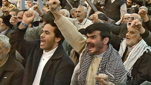 إيرانيون أثناء خطبة صلاة الجمعة