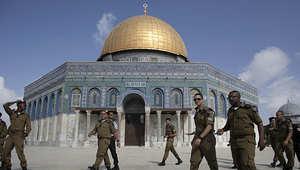 جنود إسرائيليون يسيرون في إحدى باحات المسجد الأقصى