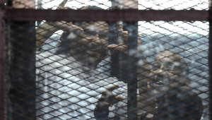 الناشط المصري علاء عبدالفتاح يقف خلف القضبان