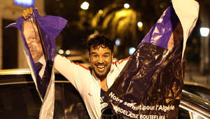 أحد أنصار بوتفليقه يحتفل بعد إغلاق صناديق الاقتراع