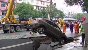 حفرة تبتلع أربع سيارات وشجرة في الصين