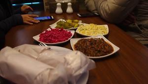 لاجئ سوري في غزة يفتتح مطعم