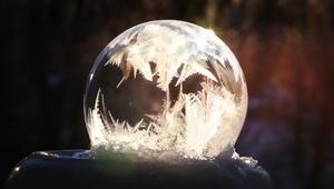 شاهد.. مقاطع آسرة لتحول فقاعات سائلة إلى جليد