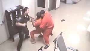 سجين يتدخل لإنقاذ شرطي من هجوم سجين آخر