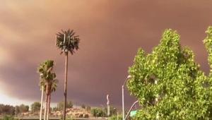 دخان الحرائق يلون أجزاء من سماء لوس أنجلوس بالذهبي والبرتقالي