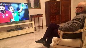 السبسي يشاهد مباراة المنتخب التونسي بقصر قرطاج.. وإعلامي يتهمه باستخدام القرصنة