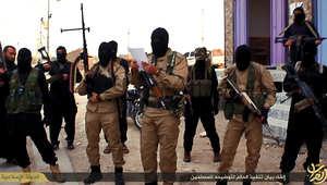 بالصور: داعش تقتل رجلا بتهمة المثلية الجنسية عبر