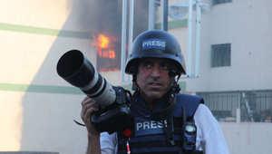 المنتج مدين ديرية أثناء أحد تغطياته في ليبيا