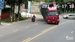 شاهد.. سائق دراجة نارية ينجو من الموت بأعجوبة في الصين