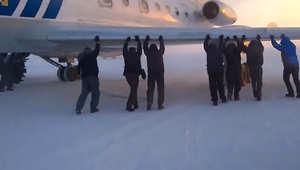 عملية إنقاذ لا تعقل.. ركاب يدفعون طائرة للإقلاع وسط الثلوج