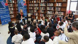 صورة لمجموعة من الطلاب يتسمعون إلى قصة في دولة أجنبية