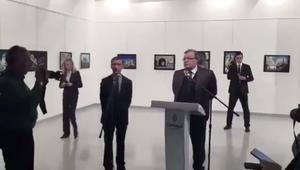 شاهد.. تجول القاتل حول سفير روسيا قبل اغتياله