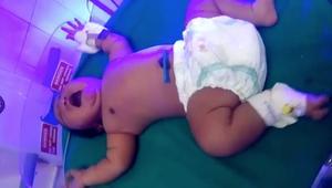 امرأة تنجب طفلة وزنها حوالي 7 كيلوغرامات.. هل اقتربت من الرقم القياسي؟
