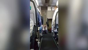 شاهد.. فتاة تخلع ملابسها على متن طائرة