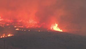 حرائق هائلة تدمر المباني وتقتل شخصين بكاليفورنيا