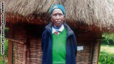 الجدة التلميذة بزيها المدرسي