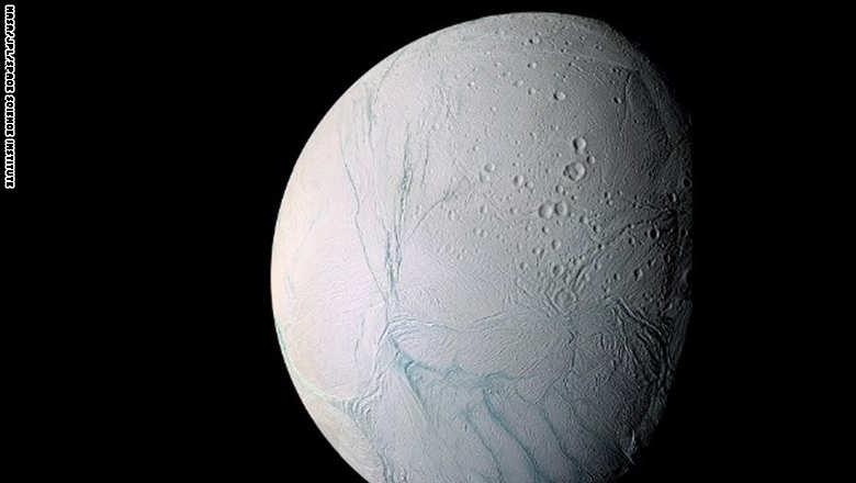 اكتشاف محيط مياه ضخم تحت الجليد بقمر حول زحل