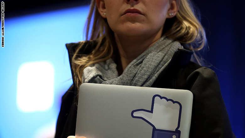 فيسبوك يتيح لمستخدميه تحديد الأخبار الكاذبة