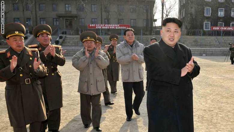 كيم جونغ أون رئيس كوريا الشمالية مع مجموعة من رجال الجيش