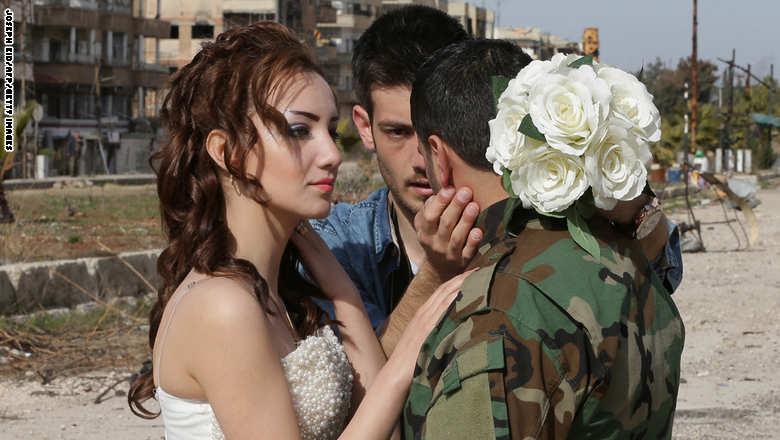 زوجان سوريان يلتقطان صور زفافهما في أطلال مدينة حمص GettyImages-508691456