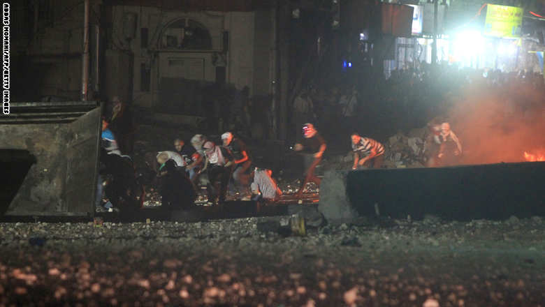 محتجون فلسطينيون في قلنديا فجر الجمعة