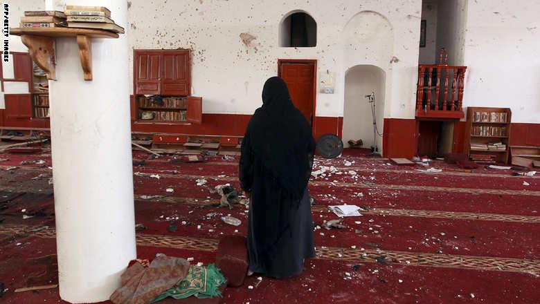 متابعة مستجدات الساحة اليمنية Yemeni%20woman%20looks%20at%20the%20damage%20