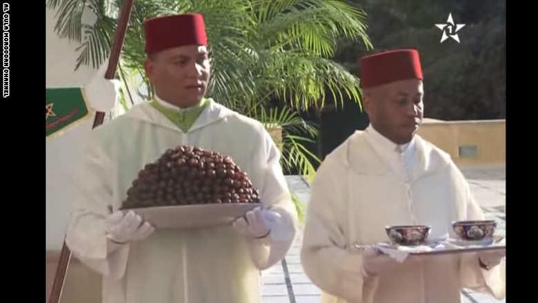 خدم البلاط يقدم للملك المغربي التمر والحليب في عز نهار رمضان Moroccoramadanking1
