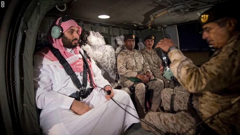 بالصور: بعد التلويح بالرد على الحوثيين.. وزير الدفاع السعودي نجل الملك سلمان يتفقد الجيش عند حدود اليمن
