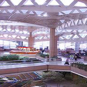 شقيق العريفي ينتقد تصميم مطار الملك خالد بالسعودية: أسقف متكلفة ومساحات ضائعة