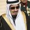 سعوديون ينتطرون تقديم البيعة للملك سلمان بن عبد العزيز في مبنى الإمارة بتبوك شمال المملكة 23 يناير / كانون الثاني 2015