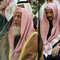رجل سعودي يمشي بالقرب من مبنى تحت الإنشاء على طريق الملك فهد في العاصمة السعودية الرياض