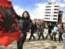 طالبات ألبانيات يحتفلن عشية إعلان الاستقلال