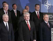 قادة وممثلو دول الناتو يلتقطون الصور التذكارية