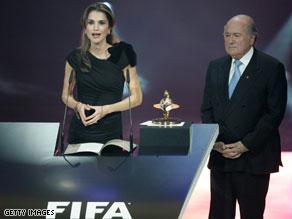 رانيا العبدالله تتسلم الجائزة من رئيس الفيفا