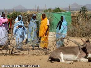 نساء نازحات هرباً من الصراع في دارفور