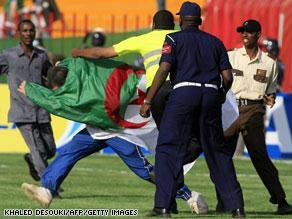 قوات الأمن السودانية تتصدى لأحد مثيري الشغب من الجمهور الجزائري