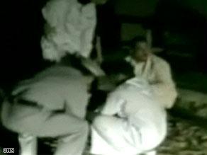 الشيخ ومساعدوه وشرطي اجتمعوا على تعذيب الأفغاني