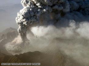 البركان بدأ يقذف الحمم وسحب الرماد