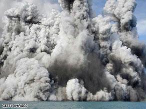 السحب الهائلة تشكلت فور تدفق الحمم البركانية في المياه
