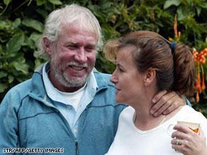 بينيت وزوجته هيثر في صورة أرشيفية تعود لعام 2005