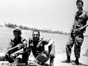 موشيه دايان مع مجموعة من الجنود إبان حرب 73