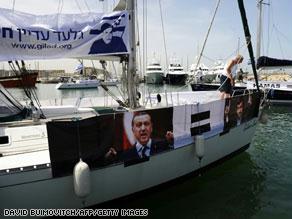 سفن القافلة ترفع صوراً لأردوغان ونجاد وشاليط