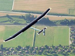 الطائرة تحلق في أجواء سويسرا بدون حاجة للتزود بالوقود
