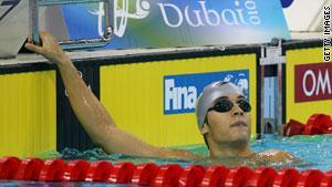 السباح الإسرائيلي ينظر إلى رقمه بسباق 100 متر ظهر