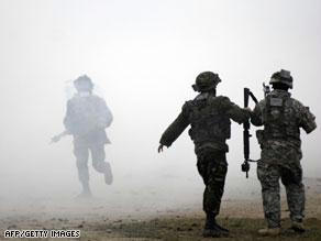 تدير القاعدة التي حاول الشخصان دخولها العمليات العسكرية في أفغانستان والعراق